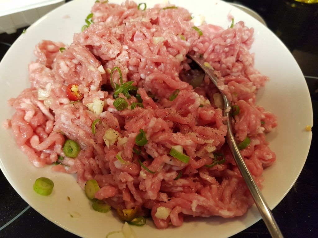 Marinate minced pork with salt and pepper and green onion